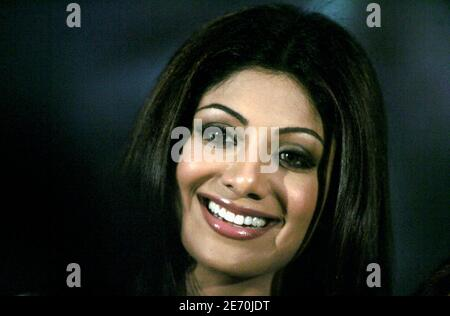 Bollywood actress Shilpa Shetty attends an AIDS awareness program in Mumbai June 7, 2006. Bollywood was up in arms on Wednesday over what it called the racists bulling of Indian film star Shetty on British TV show 'Celebrity Big Brother', and dozens of her fans protested in the east of the country. Picture taken June 7, 2006. REUTERS/Adeel Halim (INDIA) Foto Stock