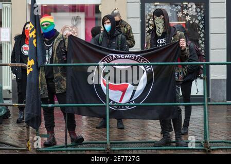 Manifestazione a Treviri sul 20.01.2021 contro i regolamenti del covid-19 in Germania, protesta dell'Antifa e dell'ala sinistra contro i denari della corona