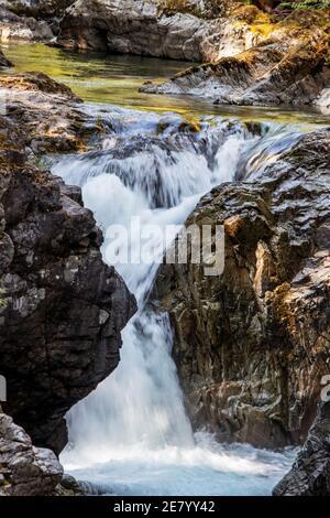 Da vicino con le cascate Qualicum, Vancouver Island, BC, Canada. Qualicum Falls è una delle attrazioni dell'isola di Vancouver in BC, Canada. Lo è