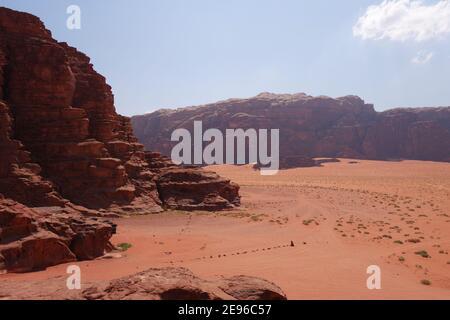 Vista dall'alto dell'arido fondo della valle sottostante Foto Stock