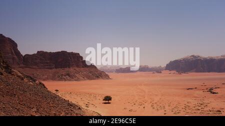 Vista dall'alto dei deserti aridi della Giordania meridionale Foto Stock