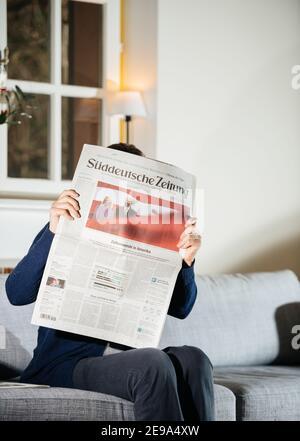 Parigi, Francia - 21 gennaio 2021: Donna che legge il giornale Suddeutsche Zeitung con il neo-eletto presidente degli Stati Uniti giurò di essere il 46° presidente degli Stati Uniti Joe Biden e First Lady Jill Bide indossando maschere
