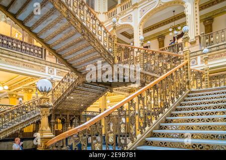 Scala interna del caratteristico Palazzo postale (Palacio de Correos de Mexico) situato nel centro di Città del Messico. Foto Stock