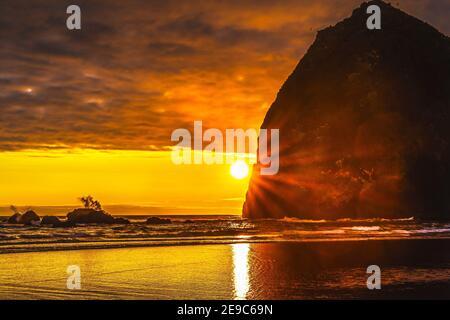 Colorful Sunset Haystack Rock Sea Stacks Canon Beach Clatsap County Oregon. Originariamente scoperto da Clark di Lewis Clark nel 1805.