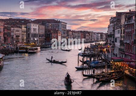 Traffico sul Canal Grande dal Ponte di Rialto al tramonto a Venezia, Veneto, Italia