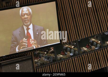 Il Segretario Generale delle Nazioni Unite Kofi Annan parla prima che il Ban Ki-moon della Corea del Sud sia giurato dal Presidente dell'Assemblea Generale Haya Rashed al-Khalifa del Bahrain come ottavo Segretario Generale delle Nazioni Unite durante una cerimonia alle Nazioni Unite il 14 dicembre 2006 a New York City, New Yok, USA. Ban diventerà il primo capo delle Nazioni Unite asiatiche, dal momento che U Thant di Birmania ha guidato l'organizzazione dal 1961 al 1971. Il divieto condurrà un organico di oltre 15,000 persone, provenienti da oltre 170 nazioni. Foto di Gerald Holubowicz/ABACAPRESS.COM