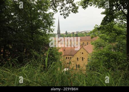 GERMANIA, MAULBRONN - 22 giugno 2019: Monastero di Maulbronn incorniciato da foglie verdi