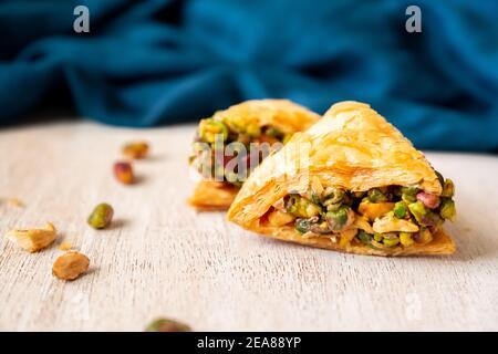 Dolci arabi chiamati baklava ripieni di pistacchio Foto Stock
