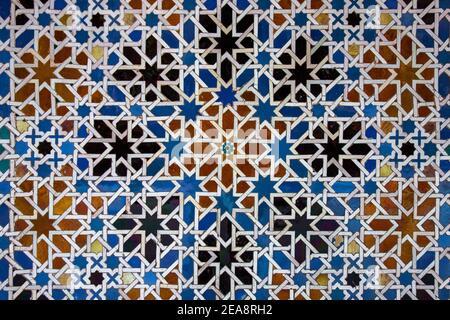 Decorazioni tradizionali con pareti piastrellate in un palazzo di Siviglia, Spagna