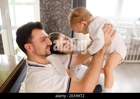 felice famiglia madre padre e figlio figlio a casa divano in soggiorno