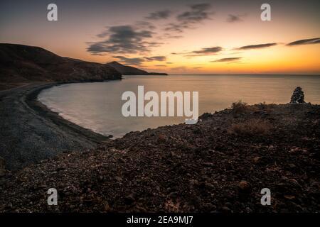 Un bel tratto di costa, una baia al mattino su Fuerteventura, Isole Canarie, Spagna. tein spiaggia all'alba Foto Stock