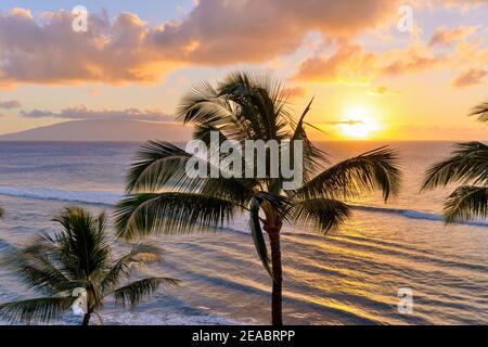 Sunset Maui - UN colorato tramonto sulla costa nord-occidentale di Maui, con l'isola di Lanai sullo sfondo. Maui, Hawaii, Stati Uniti.