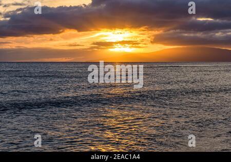 Ocean Sunset - tramonto colorato sulla costa nord-occidentale di Maui, con l'isola di Lanai all'orizzonte. Hawaii, Stati Uniti.