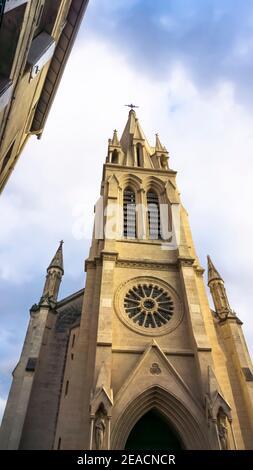 Église Sainte Anne a Montpellier. Eretto in stile neo-gotico nel 19 ° secolo. Il campanile è alto 71 metri. Dal 2011 è uno spazio espositivo per l'arte contemporanea. Foto Stock
