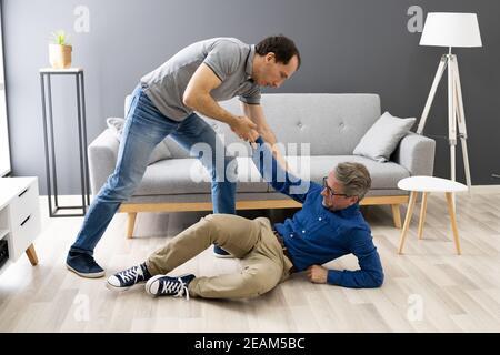 Aiutare l'anziano anziano anziano caduto uomo dopo caduta