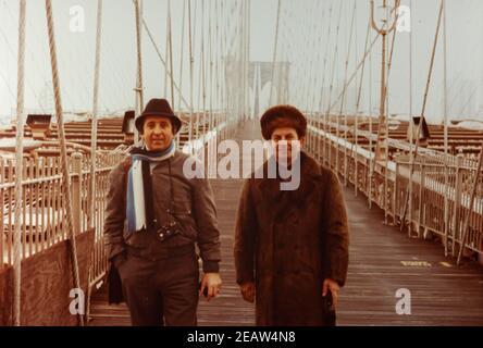 Persone nel ponte di New York anni 70 3 Foto Stock