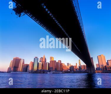 2001 PONTE STORICO DI BROOKLYN (©J & W ROEBLING 1876) SKYLINE DEL CENTRO EAST RIVER MANHATTAN NEW YORK CITY USA