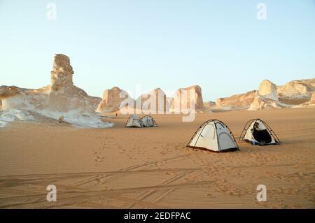 Un campo safari nel deserto tra formazioni rocciose bianche e inselbergs nel Parco Nazionale del deserto Bianco, nella depressione di Farfara, regione del Sahara, Egitto. Foto Stock