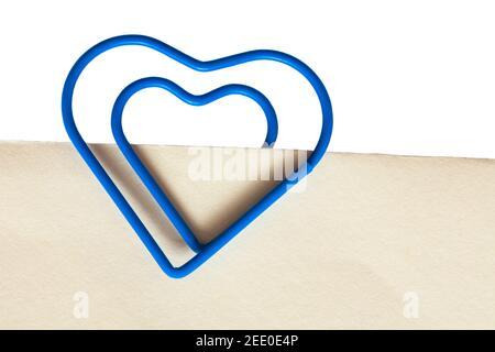 graffetta a forma di cuore blu su carta bianca color crema: mantieni insieme, resta insieme Foto Stock