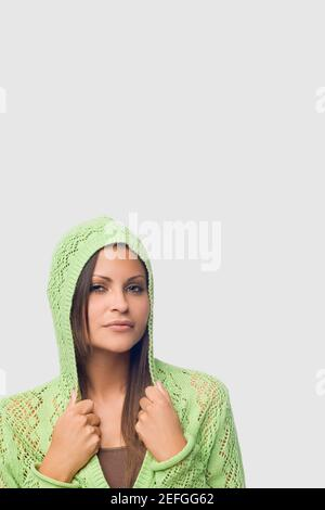 Ritratto di una giovane donna di collari di contenimento della sua maglietta con cappuccio Foto Stock