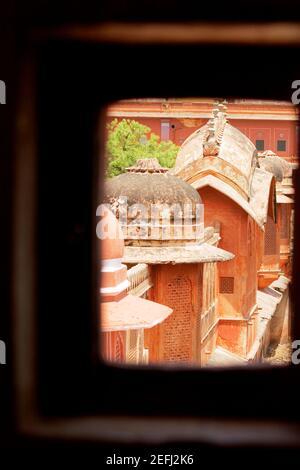 Vista in sezione alta delle cupole di un palazzo visto attraverso una finestra, City Palace, Jaipur, Rajasthan, India