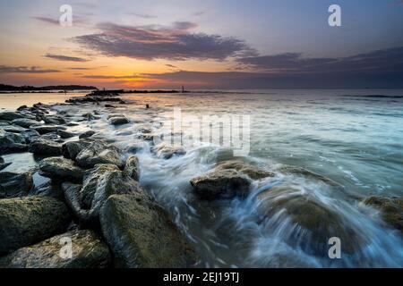 Le onde hanno colpito la rottura dell'onda sulla spiaggia di Stal Kuda, Balikpapan, Borneo orientale, Indonesia