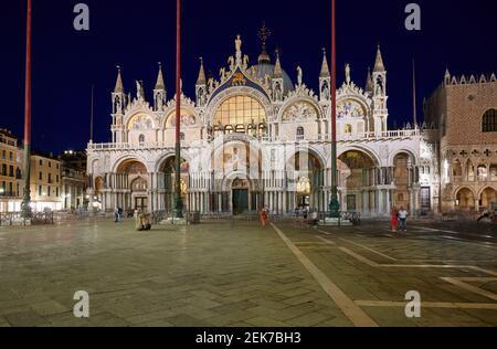 Foto notturna della famosa Basilica di San Marco o Basilica di San Marco, Venezia, Veneto, Italia