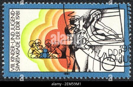 Un francobollo stampato in DDR mostra bambini e giovani sport festival, Germania orientale 1981