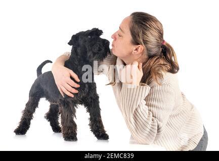 Miniatura schnauzer e donna di fronte a uno sfondo bianco