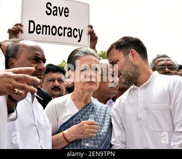 NEW DELHI, INDIA - LUGLIO 11: Il parlamentare del Congresso Rahul Gandhi parla al presidente dell'UPA Sonia Gandhi durante la loro protesta 'Save Democracy' sulle questioni di Karnataka e Goa, di fronte alla statua Mahatma Gandhi, presso il complesso della Camera del Parlamento il 11 luglio 2019 a Nuova Delhi, India. A Karnataka, i legislatori dell'alleanza al governo Congressuale-JD(S) si sono dimessi gettando il governo statale in crisi. A Goa, 10 MLA del Congresso si sono Uniti al BJP (Foto di Sonu Mehta/Hindustan Times/Sipa USA) Foto Stock