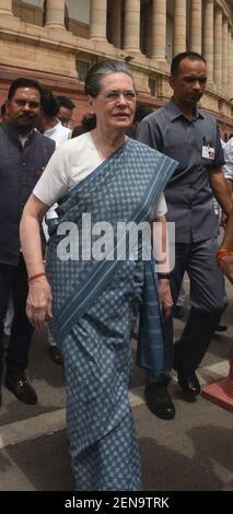 NEW DELHI, INDIA - 11 LUGLIO: Sonia Gandhi, presidente dell'UPA, arriva per la protesta 'Save Democracy' sulle questioni di Karnataka e Goa, di fronte alla statua Mahatma Gandhi, al complesso della Camera del Parlamento il 11 luglio 2019 a Nuova Delhi, India. A Karnataka, i legislatori dell'alleanza al governo Congressuale-JD(S) si sono dimessi gettando il governo statale in crisi. A Goa, 10 MLA del Congresso si sono Uniti al BJP (Foto di Sonu Mehta/Hindustan Times/Sipa USA) Foto Stock