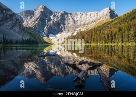 Vista panoramica sul lago Rawson durante l'estate nella regione di Kananaskis, Alberta, Canada. Foto Stock
