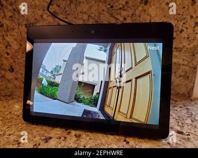 Primo piano di Amazon Echo Show Smart speaker con schermo, che mostra i feed di sorveglianza in tempo reale da una videocamera di sorveglianza Google Nest, in una casa intelligente a San Ramon, California, 20 agosto 2019. (Foto di Smith Collection/Gado/Sipa USA)