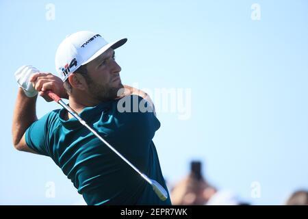 1 febbraio 2018; Scottsdale, AZ, USA; Jon Rahm con il suo tee sparato sulla quarta buca durante il primo round del torneo di golf Waste Management Phoenix Open al TPC Scottsdale. Credito obbligatorio: Allan Henry-USA TODAY Sports