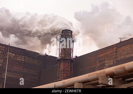 emissioni nocive dei tubi durante la lavorazione del minerale di ferro.