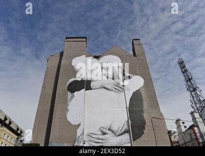 Immagine di un grande murale che raffigura due uomini che abbracciano sul lato di un muro sulla George's Street di Dublino nella costruzione del referendum gay Marriage, che si svolge in Irlanda il 22 maggio 2015. Dublino, Irlanda, il 19 aprile 2015. (Foto di Artur Widak) *** utilizzare credito dal campo di credito ***