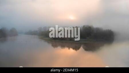 L'atmosfera invernale dell'alba nel delta del Sauer, Sauer Delta Riserva Naturale, riva del Reno, Munchhausen, Alsazia, Francia