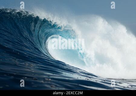 Potente onda che si infrangono nell'Oceano Atlantico