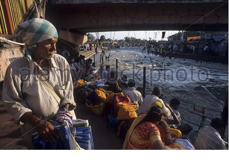 Pellegrini indù al festival religioso Ardh Kumbh Mela ad Haridwar in India. Haridwar, Uttaranchal, India. Uno dei siti più famosi e visitati di Haridwar, Har ki Pauri è considerato uno dei suoi cinque siti sacri principali. Si ritiene che sia il luogo sacro in cui il Signore Shiva e il Signore Vishnu, due grandi dei indù, apparvero nell'era vedica. Questo luogo è considerato equivalente al Ghat di Dashashwamedh a Banaras, in termini religiosi. Si dice anche che Brahma, il Dio indù della creazione, ha eseguito una yagna all'Har ki Pauri. Si dice che il ghat abbia anche le impronte sacre del Signore V. Foto Stock