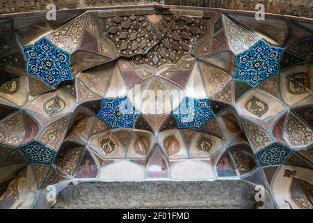 Dettaglio di ricchi ornamenti e modelli in stile islamico. Bazar cancello dettaglio nella città di Kerman, Iran.