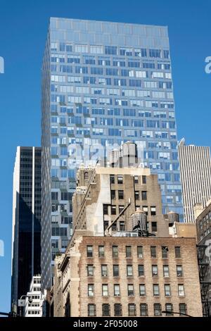 Gli edifici vecchi e nuovi nel centro di Manhattan offrono un contrasto forte, New York, USA Foto Stock