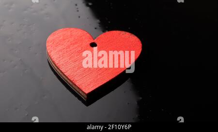Concetto di San Valentino. Cuori rossi fatti a mano su sfondo scuro. Con luogo per il testo.