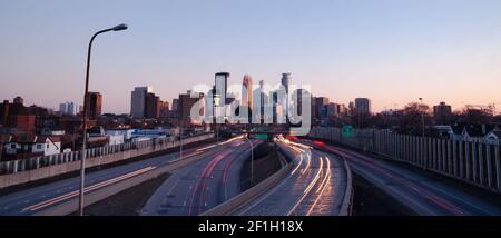 Il traffico viene e va dal centro di Minneapolis, Minnesota