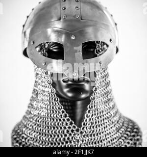 Metallo, Viking casco con la catena posta in un manichino nero su sfondo bianco. i vestiti per la guerra viking