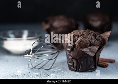 Muffin al cioccolato con top croccante. Messa a fuoco selettiva. Spazio di copia.