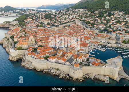 Foto aerea di un drone delle mura della città di Dubrovnik nel mare Adriatico In Croazia estate con vista prima dell'alba Foto Stock