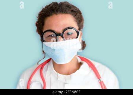 Donna nera studio medico girato isolato su sfondo blu