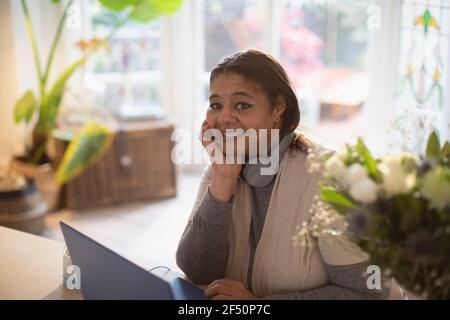 Ritratto donna felice che lavora da casa al portatile