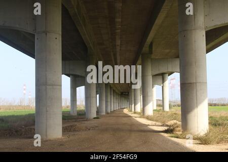 parte inferiore di un ponte, in cemento, con pilastri Foto Stock