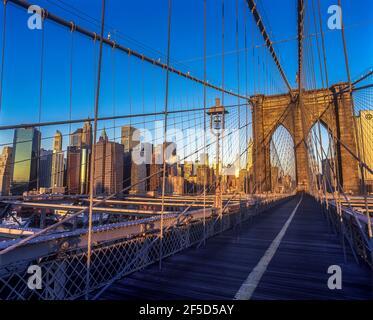 2001 PONTE STORICO DI BROOKLYN (©J & W ROEBLING 1883) SKYLINE DEL CENTRO EAST RIVER MANHATTAN NEW YORK CITY USA